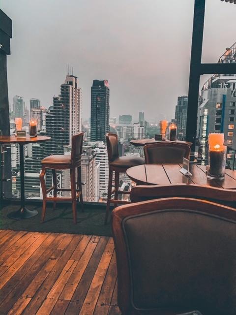 Aussicht auf die Skyline von Bangkok von der Rooftopbar Above Eleven