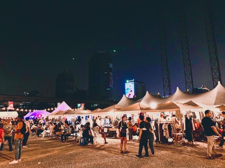 Flohmarkt mit Skyline von Bangkok