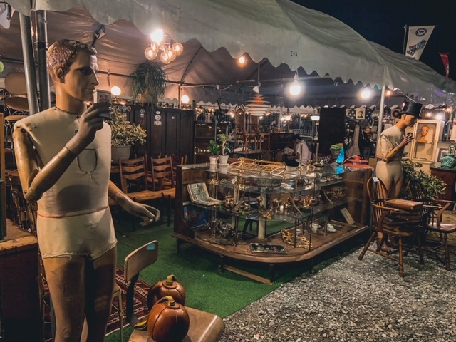 Vintage Flohmarktstand mit alter Schaufensterpuppe und Schallplatten