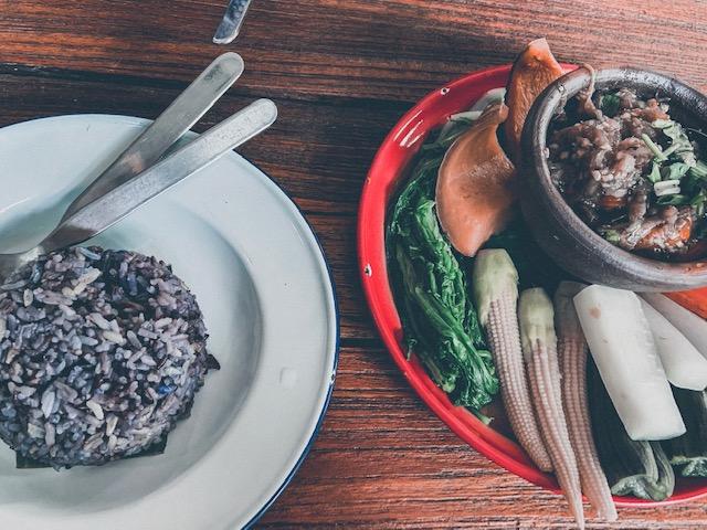 Gebratener lilafarbener Reis und Gemüse