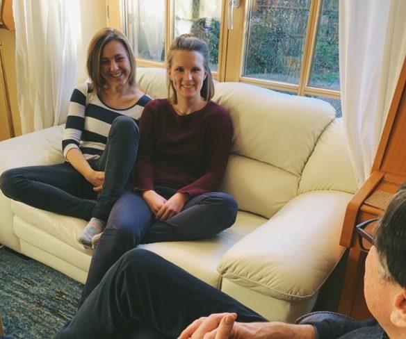 Zwei Frauen sitzen auf dem Sofa und beantworten die häufigsten Fragen zur Weltreise