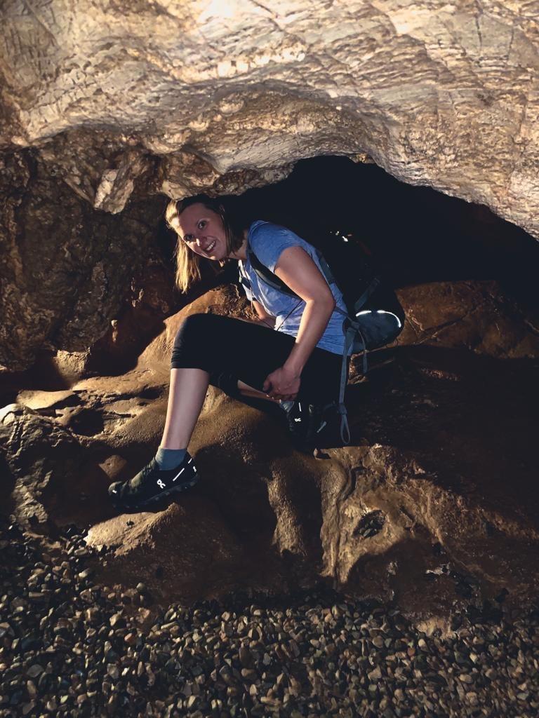 Frau klettert durch den Chiang Dao Cave