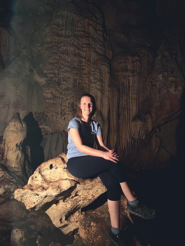 Frau sitzt im Chiang Dao Cave