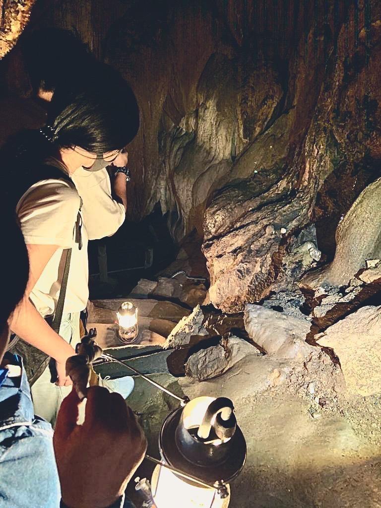 Schlange auf einer Steintreppe im Chiang Dao Cave