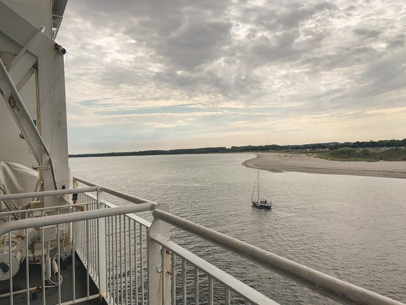 Anreise Schweden Fähre Blick auf ein Segelboot